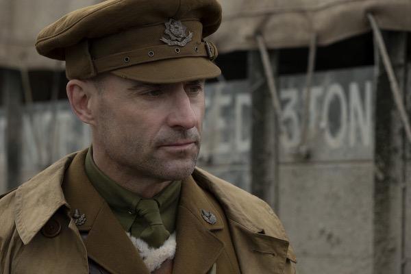 スミス大尉役 マーク・ストロング